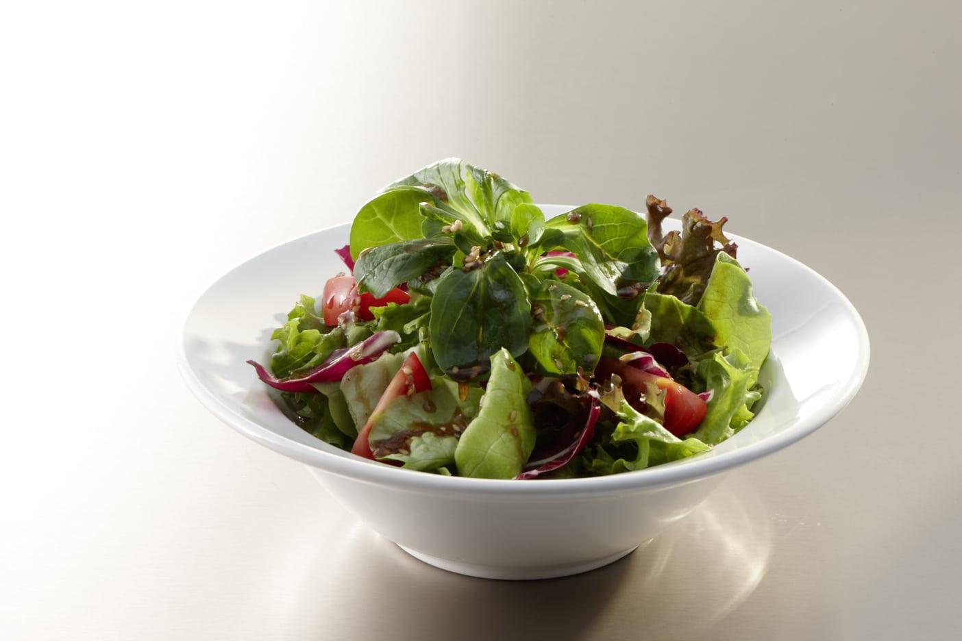 Blattsalat mit Essig und Öl