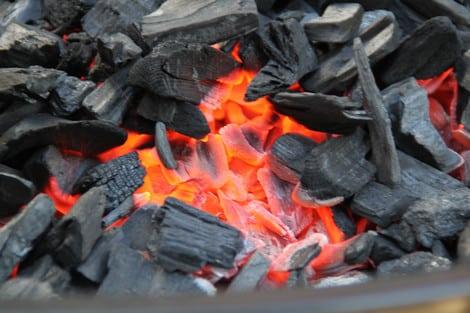 Grillen: Die Glut muss eine graue Ascheschicht zeigen