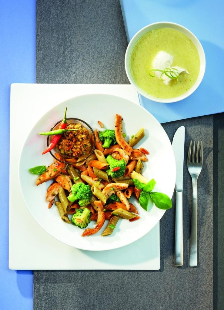 Penne Tricolore mit gebratenen Haehnchenbruststreifen Chili-Pesto und Broccoli