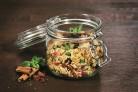 Bringt Abwechslung auf den Teller: Taboulé-Salat mit Granatapfel und Dörrfrüchten