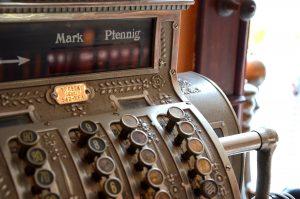 Alte Registrierkasse als Beispiel für Kassensysteme