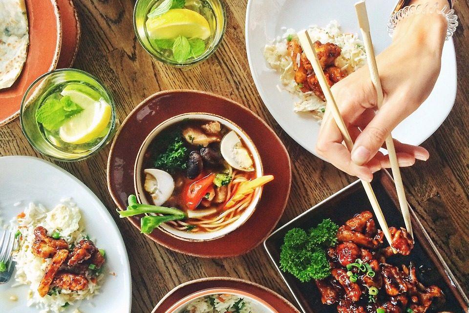 Alle an einem Tisch – gemeinsam is(s)t es geselliger