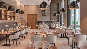 BAUSCHER_Referenz_Hotel Stadt Lörrach_Restaurant Hebel_Gedeckte Tische_Farbkonzept 1