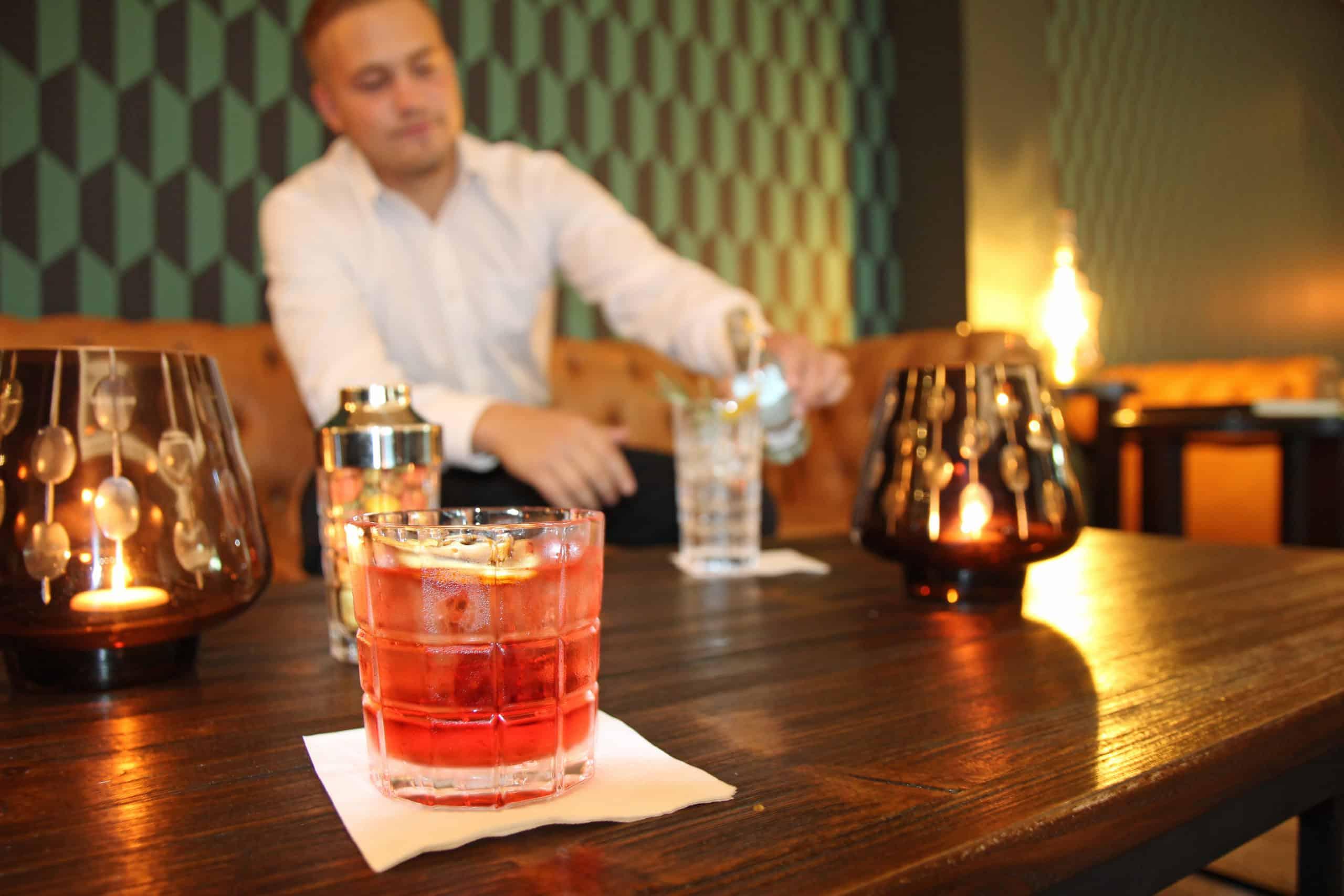 Leonardo glaskoch - Cocktail im Spiritii-Glas - Robin Vatter vom Negroni im A-Rosa Sylt