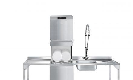 Neue Smeg Haubenspülmaschine spart Wasser und Energie