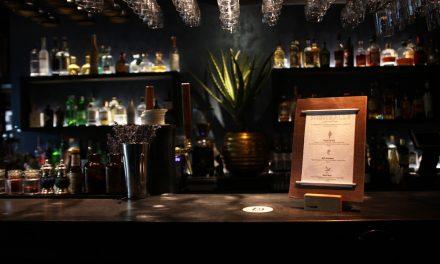 Menükartenhalter im Metallic-Look: Glänzende Aussichten für Bars und Restaurants