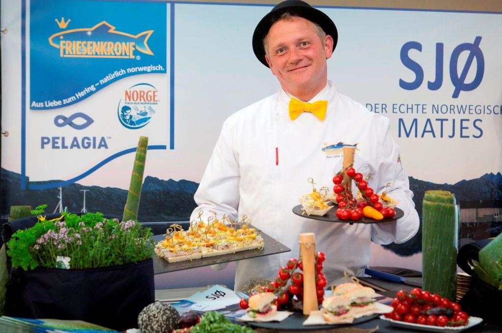 """""""Koch des Jahres"""" richtet in Kooperation mit der digitalen Intergastra den ersten hybriden Kochwettbewerb aus. Beim ersten Vorfinale vom 8. bis 10. März in der Messe Stuttgart wird auch Friesenkrone mit einer Liveshow dabei sein."""