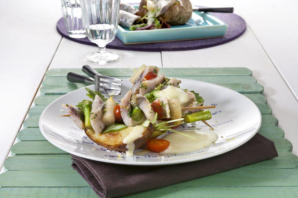 Matjes-Spargel-Schaschlik mit Friesenkrone Matjesfilet mit frischen Gartenkräutern.