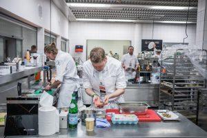 Die Teilnehmer sind aktiv dabei; bei Koch des Jahres 2021