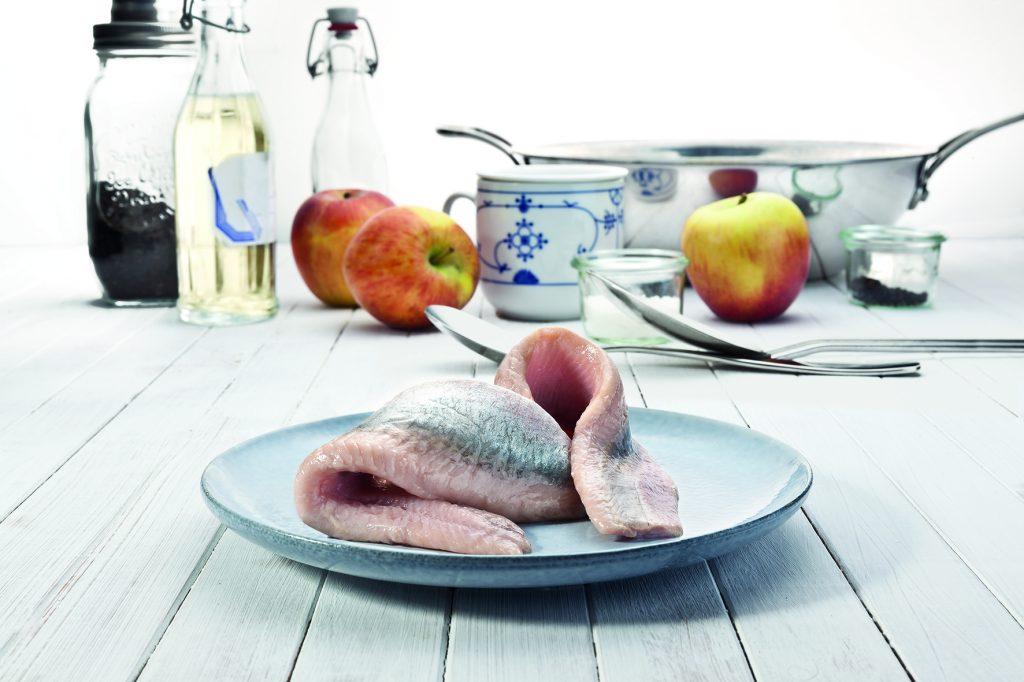 Friesenkrone präsentiert ab Juni den Saisonhit Sommermatjes. Der Nordseehering, auch Sommerhering genannt, wird von Mai bis August vor der norwegischen Küste gefangen.