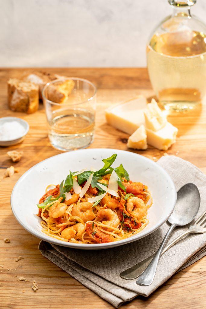 Fischfeinkost mit Mehrwert: Sie sind vielseitig einsetzbar und im Handumdrehen zubereitet, die neuen Garnelensalate von Friesenkrone.