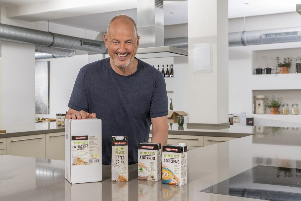 Nun hat die Privatmolkerei Naarmann aus Neuenkirchen mit ihrer neuen Linie WE ♥ PLANTS endlich auch pflanzen-basierte Ersatzprodukte für Großverbraucher in Gastronomie, Hotellerie und Gemeinschaftsverpflegung im Sortiment.