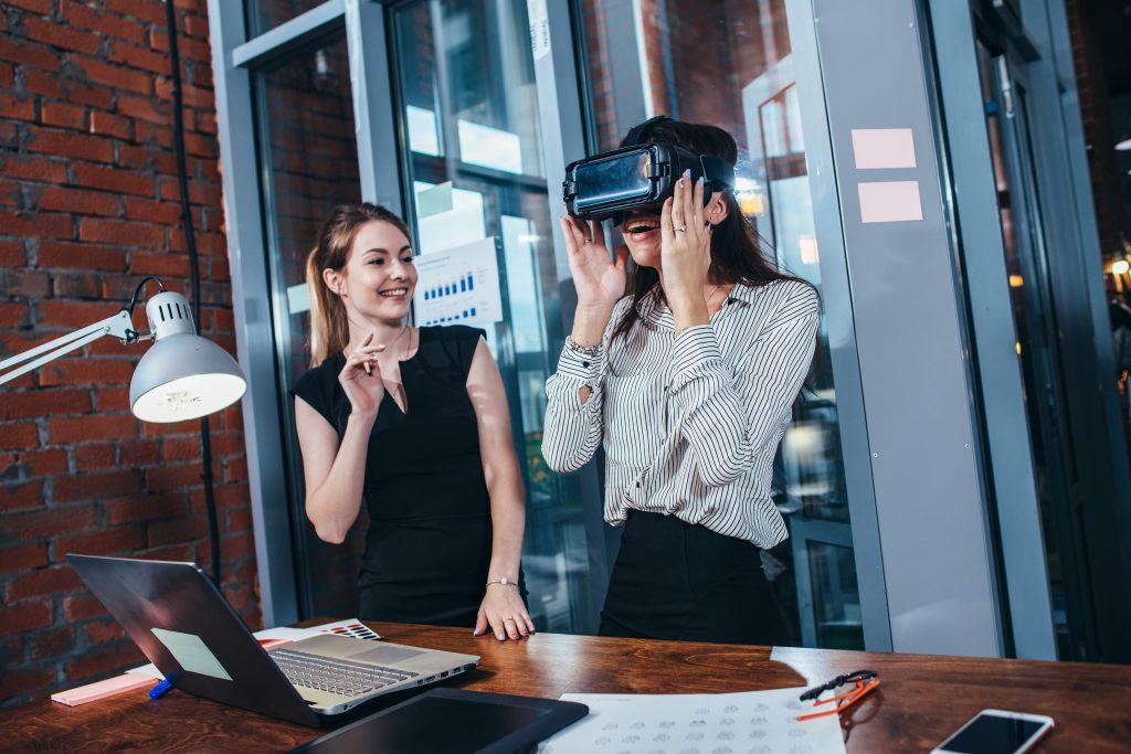 Mithilfe verschiedener Virtual Reality -Filme erleben Teilnehmende das Gesehene beinahe wie in der Realität. Die Videos werden durch das Einblenden von zusätzlichen Informationen ergänzt.