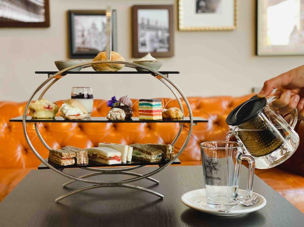 Ob zum Plausch mit den Freundinnen oder als Ruhepause nach einem ausgiebigen Shopping- und Sightseeingtag – die neue Tea Time im EMIL'S vom Reichshof Hamburg ist die perfekte Auszeit und lässt uns in eine kulinarische Tradition eintauchen.